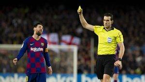 Martínez Munuera amonestando a Messi la pasada temporada