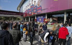 Miles de aficionados han acudido al Camp Nou