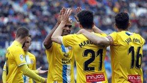 Naldo felicita a Marc Roca tras su diana contra el Levante.