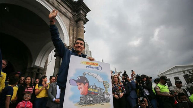 Richard Carapaz entrega su maglia rosa a los ecuatorianos
