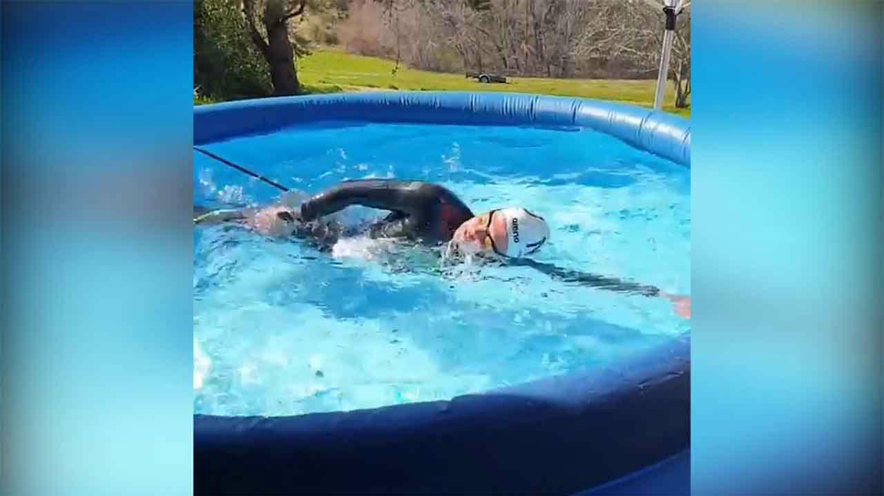 Una campeona olímpica en Río16 se entrena en una piscina hinchable de 2 metros
