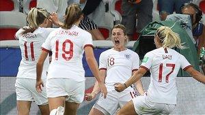 White celebra el primer gol ante Japón