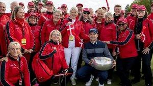 Wiesberger celebra el título con los colaboradores del torneo en Farso