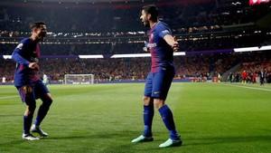 La alegría de Coutinho y Luis Suárez después del 0-1. Asistente y rematador se fundieron en un abrazo
