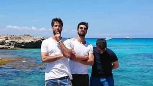 André Gomes, con unos amigos