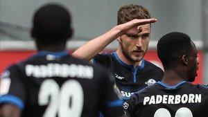 Dennis Srbeny celebrando el gol del Paderborn