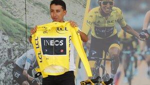 Egan Bernal enseñando el maillot amarillo a su público colombiano