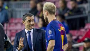 Ernesto Valverde da instrucciones a Ivan Rakitic en el Barça-Olympiacos de la Champions 2017/18