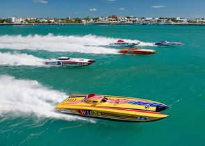 Esta imagen, cortesía del Florida Keys News Bureau, WHM Motorsports, pilotado por William Mauff y Jay Muller, y otros Superboat-class cruzan la linea de salida del Key West World Championship en Key West, Florida.