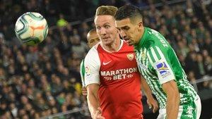 Feddal pelea un balón con el sevillista De Jong