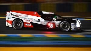 Fernando Alonso, pilotando con maestría su Toyota en Le Mans