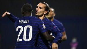Griezmann celebra con el madridista Mendy la consecución del 0-1