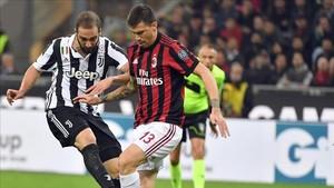 Higuaín marcó el primer gol con este disparo frente a Romagnoli