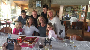 Imagen familiar de los Cruyff con el pastel con el 14 y el 70 de los años que hubiera cumplido