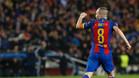 Iniesta celebra con rabia la victoria ante el PSG (6-1)