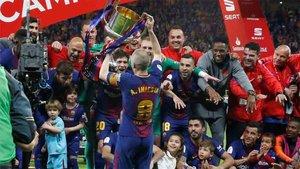 Iniesta celebró la última Copa como capitán del Barcelona