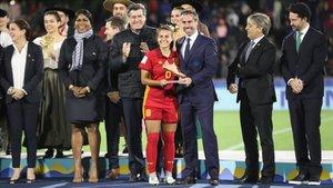Irene López recoge el trofeo que le acredita como tercera mejor jugadora del Mundial sub 17