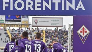 Los jugadores de la Fiorentina con la camiseta de Astori