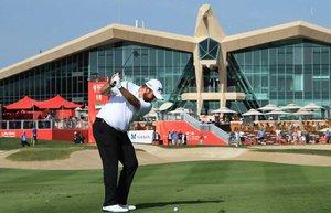 Lowry, ejecutando el golpe de approach al hoyo 18 en Abu Dhabi