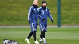 Mascherano y Messi, en el entrenamiento de Argentina en Manchester