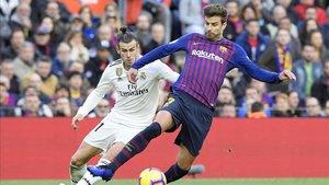 Piqué ante Bale en el clásico del Camp Nou