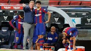 Ronald Koeman dando instrucciones a Trincao durante el FC Barcelona-Elche del Gamper