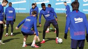 Varios jugadores del Barça en un rondo este curso
