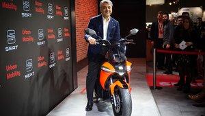Luca de Meo con la nueva Seat e-Scooter.