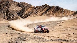 Alonso y Coma, en acción con el Toyota Hilux en el desierto saudí