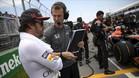 Alonso, junto a su ingeniero, antes de tomar la salida de un gran premio