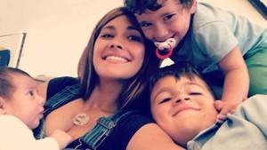 Antonela Rocuzzo junto a sus tres hijos: Thiago, Mateo y Ciro