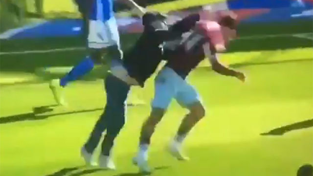 Brutal agresión a un jugador del Aston Villa en el derbi de Birmingham