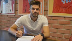 Carlos Blanco en el momento de firmar su nuevo contrato