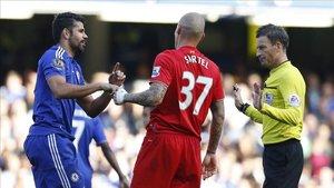 Clattemburg avisando a Diego Costa y Martin Skrtel en un Chelsea-Liverpool