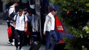 La expedición de la selección, en el momento de dejar el hotel en Krasnodar
