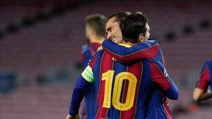 Griezmann y Messi se abrazan después de un gol del Barça