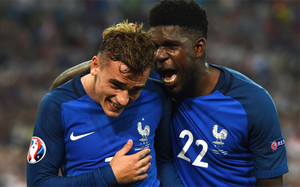 Griezmann y Umtiti, felices por la victoria francesa