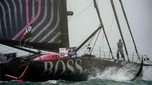 El Hugo Boss de Alex Thomson navega sin uno de sus timones