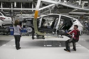 Industria 8Operarios en una cadena de montaje del Seat Ibiza en la factoría de Martorell.