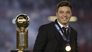 Marcelo Gallardo posando con el trofeo de la Recopa