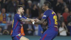 Messi y Paulinho durante el partido Barça-Eibar de la Liga 2017/18