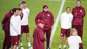 Müller, en la parte superior izquierda, sonríe en un entrenamiento de Ancelotti en 2017