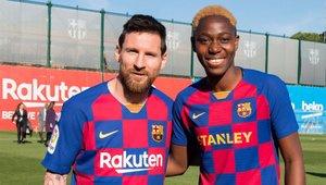 Oshoala posa junto a Leo Messi