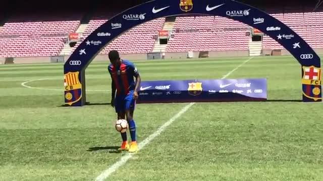 Samuel Umtiti haciendo toques en el Camp Nou