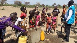 Subministro de agua y alimentos a gente de Kenia