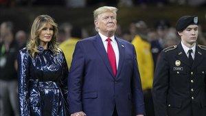 Trump, junto a su esposa, en la ceremonia de apertura de la Liga Universitaria de Fútbol Americano