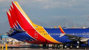 Una joven es amenazada con ser expulsada de un avión por su forma de vestir