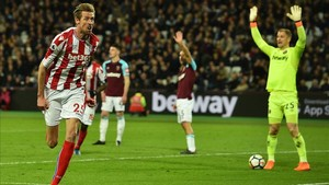 El veterano Peter Crouch celebra el 0-1 del Stoke