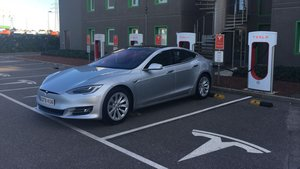 Un Tesla Model S enchufado a un Supercargador.