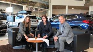Cristina Martín (Izquierda) firma el convenio con Marta Madrenas y Carles Ribas, regidor de cultura.